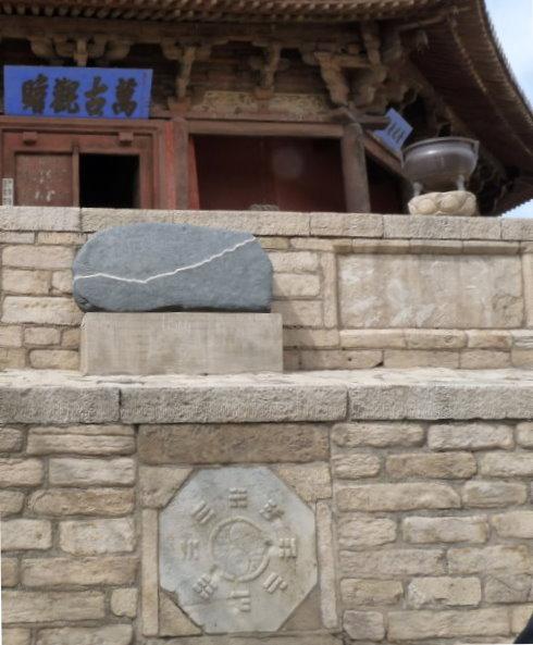 die-spannung-tempelmauer-mit-symbol.jpg